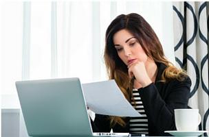 Vrouw achter laptop bij blog 7 redenen om vandaag te beginnen met bloggen | Anneke van der Voort-Kruk, PRminded | Adviseur Social Media Plan | online profileren LinkedIn trainer | voor ZZP en MKB | Bavel, Breda, Tilburg