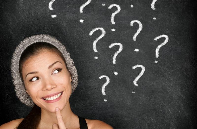 Welke vragen stel jij jezelf als ondernemer - afbeelding van vrouw met vraagtekens | Anneke van der Voort-Kruk, PRminded | Adviseur Social Media Plan | online profileren | LinkedIn trainer | voor ZZP en MKB | Bavel, Breda, Tilburg