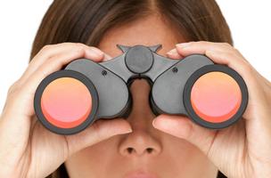Vrouw die in verrekijker kijkt bij blog over zichtbaarheid Anneke van der Voort-Kruk, PRminded | Adviseur Social Media Plan | online profileren | LinkedIn trainer | voor ZZP en MKB | Bavel, Breda, Tilburg