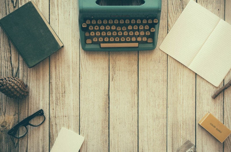 Typemachine en noteblokjes - afbeelding bij blog Hoe ondernemer Machiel Keet in 75 uur een boek schreef | Anneke van der Voort-Kruk, PRminded | Adviseur Social Media Plan | online profileren | LinkedIn trainer | voor ZZP en MKB | Bavel, Breda, Tilburg