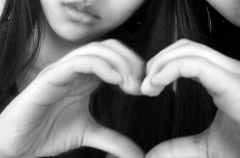 Betekenis geven aan marketing - afbeelding van persoon, maakt hart van handen | Anneke van der Voort-Kruk, PRminded | Adviseur Social Media Plan | online profileren | LinkedIn trainer | voor ZZP en MKB | Bavel, Breda, Tilburg
