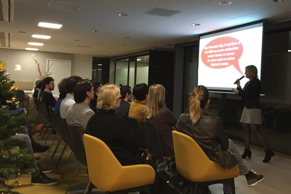 Anneke van der Voort tijdens een lezing Rabobank Zaltbommel | Anneke van der Voort-Kruk, PRminded | Adviseur Social Media Plan | online profileren | LinkedIn trainer | voor ZZP en MKB | Bavel, Breda, Tilburg