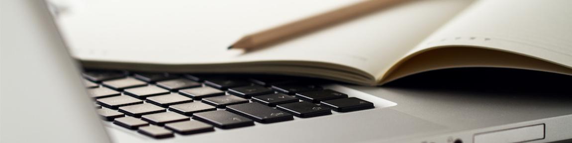 foto van een laptop en een schriftje waar je een social media plan in kunt maken | Anneke van der Voort-Kruk, PRminded | Adviseur Social Media Plan | online profileren | LinkedIn trainer | voor ZZP en MKB | Bavel, Breda, Tilburg