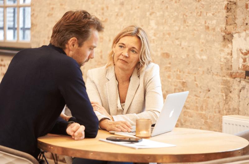 Anneke van der Voort met klant aan tafel | LinkedIn expert voor ondernemers | personal branding op LinkedIn | LinkedIn training voor bedrijven | Bavel, Breda, Tilburg