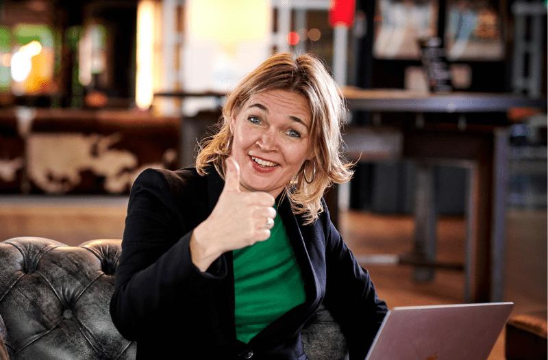 Anneke van der Voort met duim omhoog bij blog LinkedIn marketing 10 tips om het vol te houden | LinkedIn expert voor ondernemers | personal branding op LinkedIn | LinkedIn trainer Bavel, Breda, Tilburg