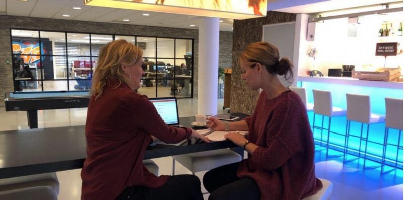 Foto van Anneke van der Voort aan het werk met Esther Korteweg bij Cubics in Tilburg.   persoonlijke social media begeleiding   Anneke van der Voort-Kruk, PRminded   Adviseur Social Media Plan en Strategie   LinkedIn trainer   voor ZZP en MKB   Bavel, Breda, Tilburg