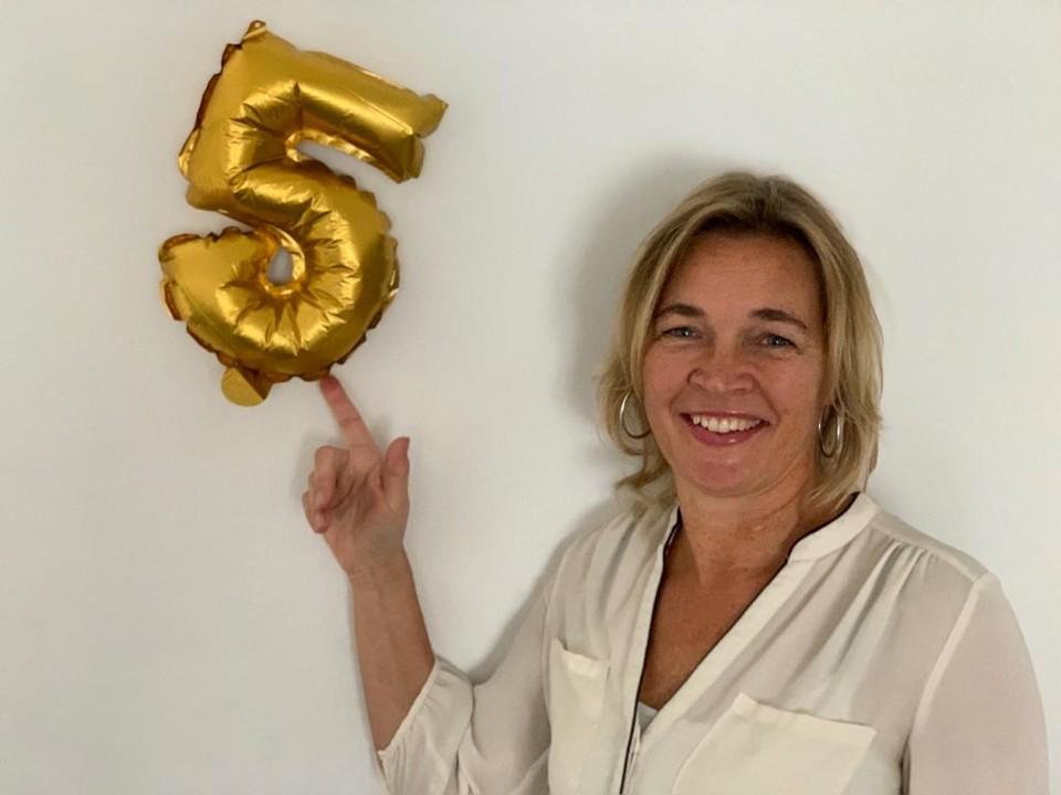 Foto Anneke van der Voort wijzend naar een 5 op de muur | | Anneke van der Voort-Kruk, PRminded | Adviseur Social Media Plan | online profileren | LinkedIn trainer | voor ZZP en MKB | Bavel, Breda, Tilburg