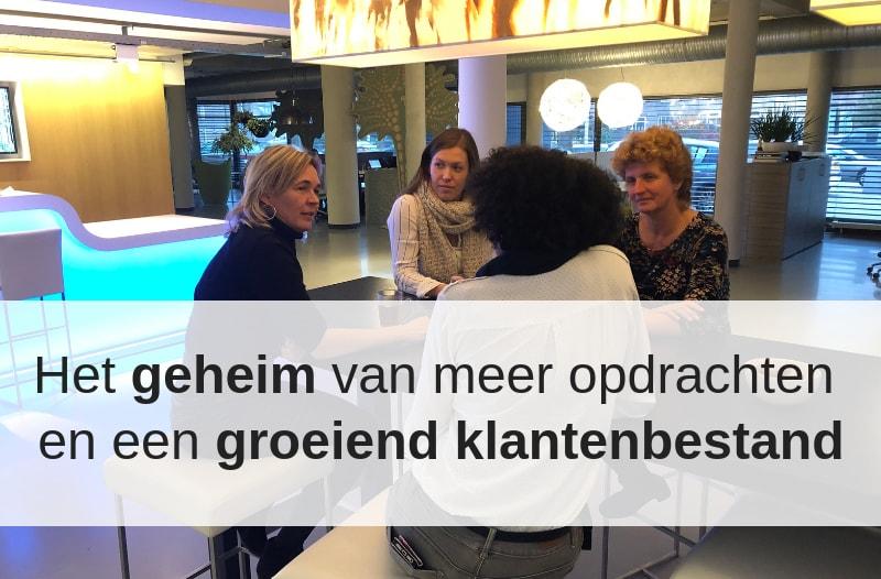 Foto Van Anneke Van Der Voort Met Een Aantal Klanten Tijdens Een Sessie Bij Cubics In Tilburg. | Anneke Van Der Voort-Kruk, PRminded | Adviseur Social Media Plan | Online Profileren | LinkedIn Trainer | Voor ZZP En MKB | Bavel, Breda, Tilburg
