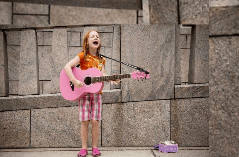 Meisje zingend op straat bij blog 'Waarom personal branding om lef vraagt' | PRminded | LinkedIn trainer & personal branding coach | Bavel, Breda, Tilburg | voor ZZP & MKB