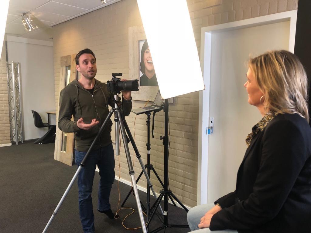 Wijnand Geuze geeft Anneke van der Voort aanwijzingen   PRminded   LinkedIn trainer & personal branding op LinkedIn   Bavel, Breda, Tilburg