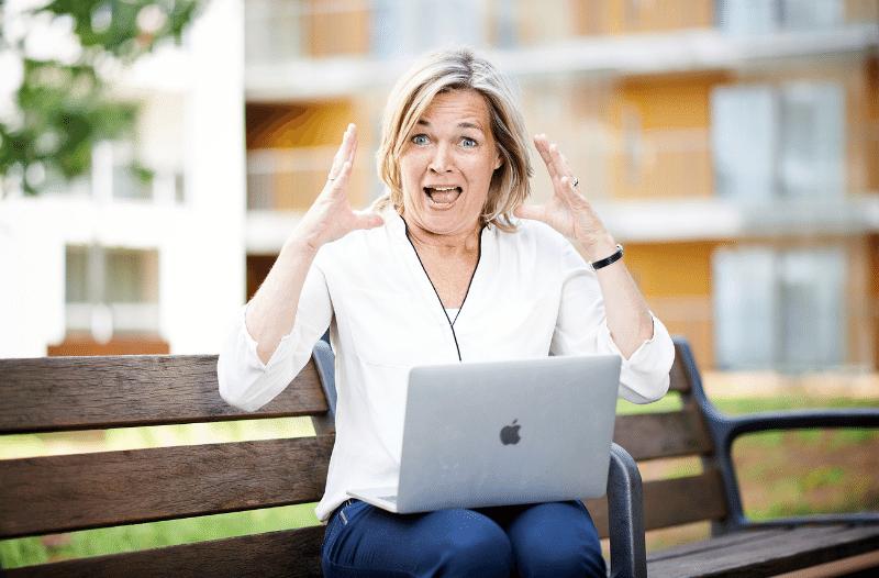 Anneke Van Der Voort, Kijkt Verschrikt Op | Foto Bij Blog Zichtbaar Zijn Op LinkedIn Doodeng | LinkedIn Expert, Personal Branding Op LinkedIn, LinkedIn Trainer, Bavel, Breda, Tilburg